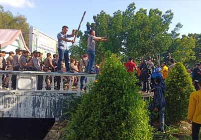 Unjuk Rasa di DPRD Riau Diwarnai Tembakkan Air Aparat, Dibalas Lemparan Batu dan Kayu Mahasiswa